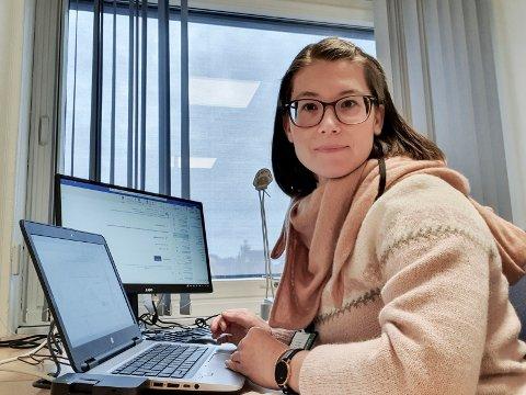 TELEFON: Enid Berta (34) er psykolog i psykisk helse i Ringerike kommune. Mandag åpner hun telefonen for Psykisk veiledningstjeneste. – Ring, så kan vi snakke om det som plager deg. Viktig før det blir mer alvorlig. Mange sliter med lettere psykiske plager i koronakrisen, sier Enid.