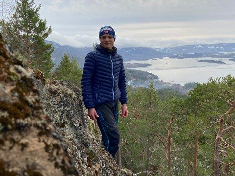 UTSIKTSPUNKT: Kristian Støa, sønn av Tommy Støa, på utsiktspunktet Tiurtoppen i Åsa.