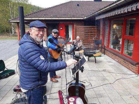 Hyggestund med Per Erik og Arne Christian med leder i Venneforeningen, Gudbrand Brekke i bakgrunnen.