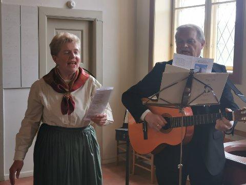 """Ragnhild Hvitsten og Geir Bråten fremførte Elling M. Solheims sang """"Se! Det rødmer av flagg over landet i dag."""""""