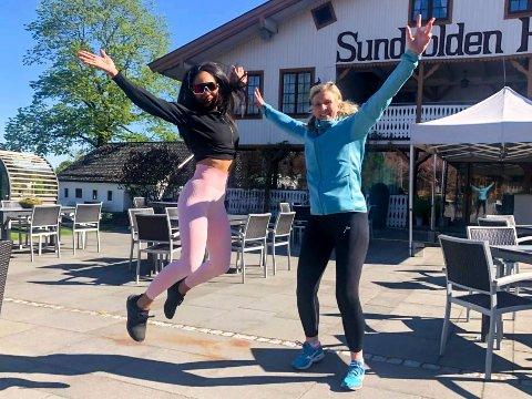 GLEDE: Sonja Younesi Arghdeh og Ann Kristin Hådem hopper av glede etter å ha fått klarsignal til å åpne PT-virksomheten igjen.