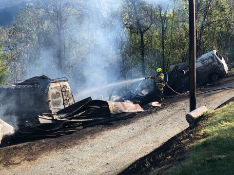 Brannmannskaper vil holde vakt ved den nedbrente låven for å hindre at brannen blusser opp igjen.