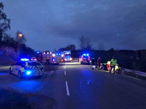 Ulykke: En person på lett motorsykkel har kjørt inn i autovernet på E16 ved Olum på Jevnaker.