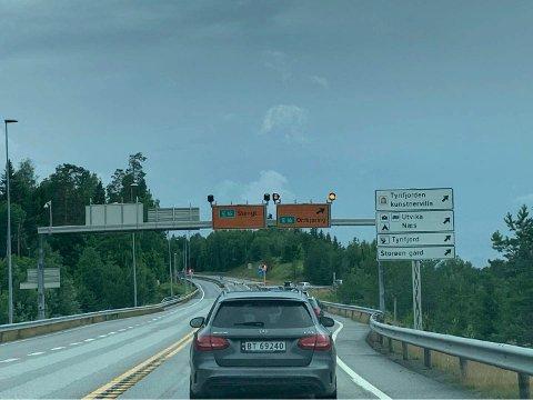 OMKJØRING: E16 er også stengt i sørgående retning på grunn av opprydding etter steinraset. Omkjøring er via Utstranda.