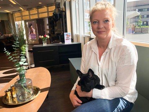 SAVNER LÆRLINGER: Lillan Skjølås hos Cebrina i Gran er bekymret over rekrutteringen til frisøryrket. Her med åtte uker gamle Tyson på fanget.