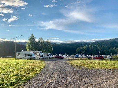 PARKERT: Ved båthavna på Jevnaker står flere bobiler parkert. Det er ikke tilrettelagt for noen fasiliteter i området enda.