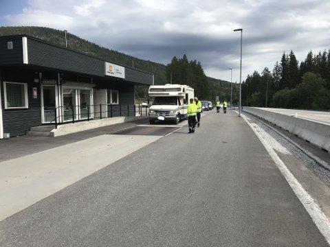 KONTROLERTE: Statens vegvesen delte ut både gebyrer og sørget for anmeldelser etter en kontroll på Varpet mandag.