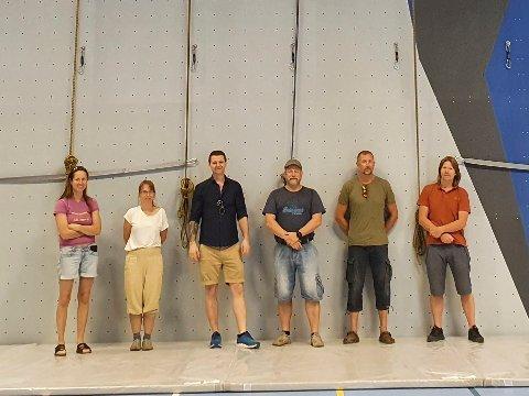 Cato Bisgaard (høyre) og styret i Jevnaker Klatreklubb var strålende fornøyde da de endelig fikk klatreveggen ferdig montert.