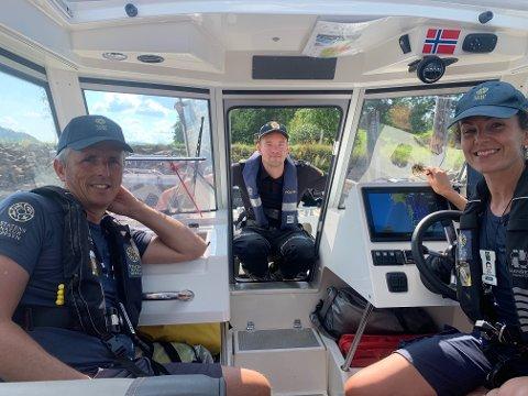 KONTROLLERTE: Kim Abel, politibetjent Thomas og Gry Liljefors sørger for at krepsefiskerne følger regelverket.