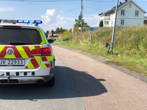 UHELL: Det kan se ut som syklisten har veltet og truffet bilen, ifølge politiet.