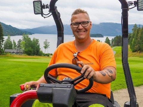 NY JOBB: Kristoffer Blomquist (29) stortrives i sin nye jobb hos golfklubben på Storøya.