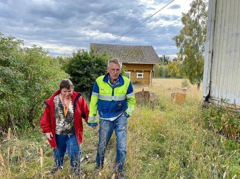 GJENSYN: Linda Skjennum arvet gården Falteinsrud etter sin far som døde i fjor. Hun er blind, og ønsker ikke å eie gården. Her sammen med verge Kai Glemmestad.