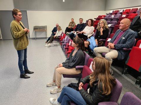 Skolens ledelse, med rektor Torunn Mathisen i spissen, forteller bispefølget om skolen. Til venstre for Jan Otto Myrseth sitter dagens prost i Ringerike, Kristin Moen Saxegaard.