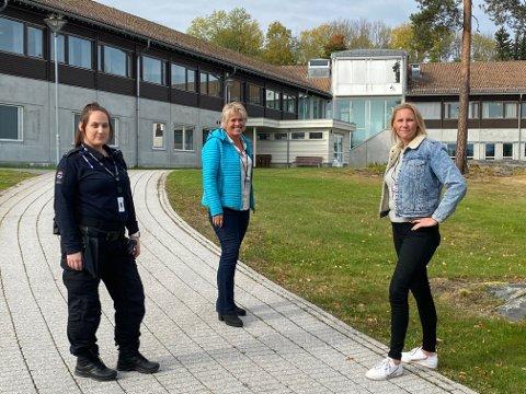 BESØK: Fengselsbetjentene Sunniva Årmo og Ingeborg Kivle traff fredag stortingspolitiker Maria Aasen-Svensrud (Ap) i Ringerike fengsel.