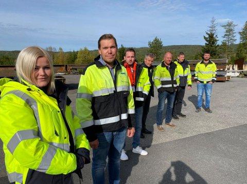 YRKESFAG: Med ett unntak har denne gjengen tatt yrkesfag på videregående. Fra venstre Hilde Karine Skari (28), Helge-André Paulsen (37), Marius Foseid (30),  Pål Teppan (teknisk sjef, har ikke gått yrkesveien), Tore Bekkevold (48), Vidar Karslrud (47) og Øyvind Kristiansen (26).