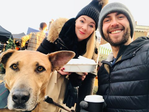 FØR LOCKDOWN: Monica Sik Holm, samboeren Ross MacLeod og hunden Galon var rett før jul i Wimbledon Village, like før de strenge reglene ble satt inn.