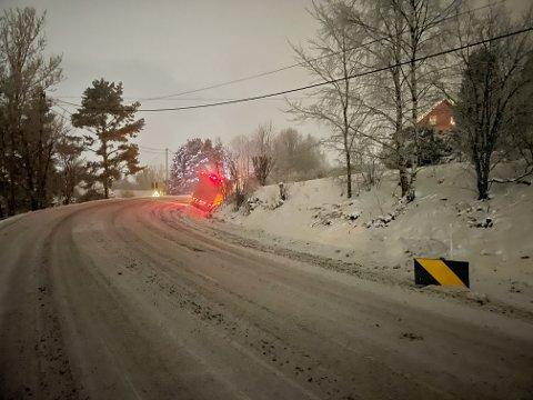 STÅR I GRØFTA: Bilberger har kommet til stedet i 22-tiden.