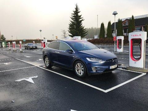 SATSER STORT: Samtidig som Tesla åpner for at flere bilmerker kan lade på sine superladere bygger elbilprodusenten ut ladenettverket sitt med 32 nye hurtigladere i Norge.