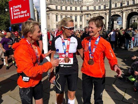 FORNØYDE DAMER: Kari Langerud (til høyre) vant klassen sin i London Maraton. Venninnene Anne-Kristin Kvamme og Gro Strande kan også smile etter sterk løping i den britiske hovedstaden.
