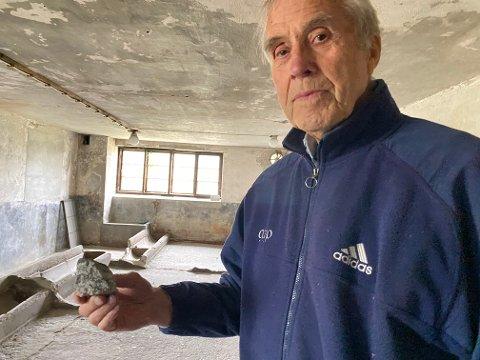 LEI: Før var det snøballer, nå er det stein som knuser vinduer på låven, sier Sverre Forberg, som vil anmelde saken til uken.