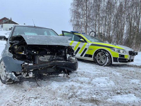 TOTALVRAK: Bilen har fått store skader i fronten. Heldigvis ser føreren ut til å ha kommet fra det uten skader.
