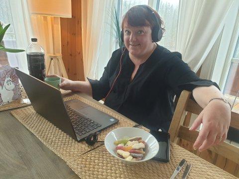 HJEMMEKONTOR PÅ HYTTA: Landsstyremøtet ble avholdt digitalt, her sitter Margrethe Prahl Reusch klar foran PC-en på hytta.
