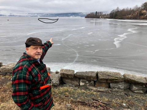 GLEMMER ALDRI: Kjetil Hatlebrekke viser hvor han forsvant under isen i Randsfjorden ved Røykenvika.