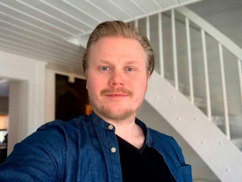 RINGTE: Trekningsredaktør Jon Christian Dybendal i Norsk Tipping var mannen som overrasket hadelendingen på jobb lørdag.  – Hei, du har vunnet over 15 millioner kroner i Lotto.