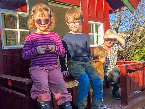 UT AV KARANTENE: Åsa (3), Tormod (6) og Audun Silhjem Tufto (1) kunne nyte solen hos bestemor Ellen Solhjem etter at de slapp ut av ventekarantene. Dermed var vinterferien reddet.