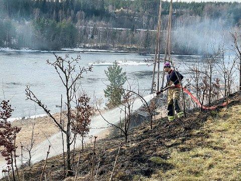 HADDE NESTEN KONTROLL: Huseieren hadde nesten kontroll over bråtebrannen, men brannvesenet hjalp allikevel til med å slukke resten av brannen.