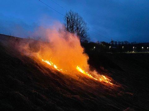 GRESSBRANN: Det brant godt ved jernbanen, men det var ganske gunstige slukkeforhold.