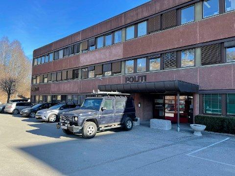 Politiet har satt inn vakthold ved blant annet hovedinngangen til politistasjonen i Hønefoss.