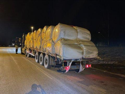 STOPP: Føreren av dette vogntoget ble anmeldt for flere av forholdene. Foto: Statens vegvesen