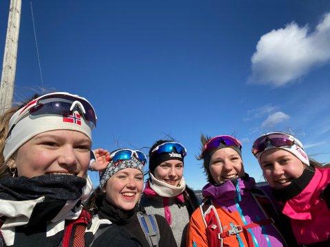 UT PÅ TUR: Oda Marie Øiom, Julie Bauer Petersen, Alexandra Grøndalen, Emma Østby og Tuva Erlandsen (fra venstre).
