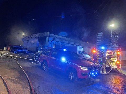 Det brenner i et lager/verkstedbygg på Meieribakken på Jevnaker. Jevnaker brannvesen får bistand fra Ringerike brannvesen.