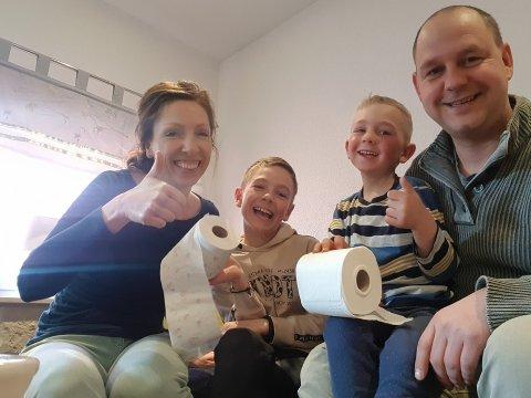 GLEDE: Diana Seget og Jörg Müller kan puste ut, etter nervepirrende måneder. Men de føler seg ikke trygge på at de har råd til å bo i Borgergrenda i årene framover. Her med barna Fritz (4) og Felix (9).
