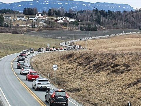 KØ: Det er mye trafikk på E16 i dag, og det kan bli enda verre utover kvelden. Veitrafikksentralen venter forsinkelser på halvannen time for dem som skal hele veien til Oslo.
