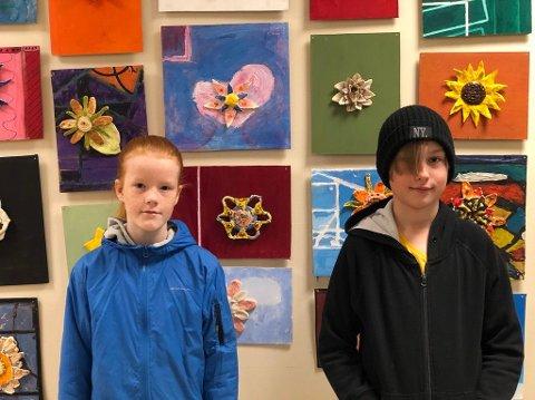 Elevene på Visuell kunst på Ringerike kulturskole synes det er gøy at keramikkblomstene har blitt hengt opp slik at alle kan få sett dem.