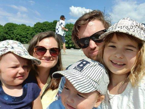 FAMILIE: Julie Kvalvik sammen med ektemannen Martin og barna Edvin (3), Amelia (4) og Leonora (8). De håper et skatteforslag fra Arbeiderpartiet vil gi dem en bedre økonomi.