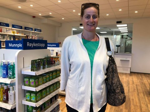 DEN FØRSTE: Grete Dyblie ble første kunden hos Ditt Apotek, som torsdag åpnet dørene i Haugsbygd.