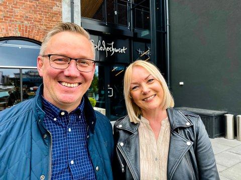 GOD ATTEST: – Dette er noe av det beste vi har hatt, sier Henning og Helle Karslrud. De var publikummere på generalprøven på Hønefoissrevyen, som har premiere fredag.