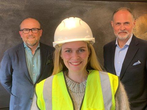 LEDER: Cecilie Jonassen skal lede den nye bedriften som skal bygges på Follum. her flankert av Henrik Badin (til venstre) og styreleder Narve Reiten.