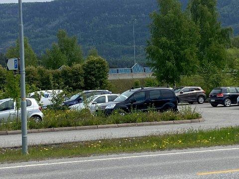 MÅ SETTE OPP SKILT: På pendlerparkeringen på Vik ble fem biler tauet bort tidligere i år. Nå skal det settes opp skilter om maksimalt 48 timers parkering på stedet.