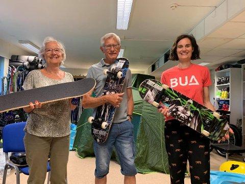 HYGGELIG HJELP: På BUA får du hyggelig velkomst og god hjelp fra blant andre Anne Nereng, Knut Olberg og Trude Nereng. Her står de med tre av de ni splitter nye skateboardene som BUA låner ut.