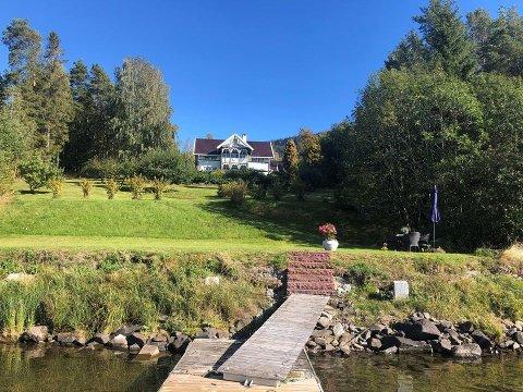 HUS MED EGEN STRANDLINJE: Søndre Elvikvei 39 viste seg å være en svært ettertraktet eiendom.
