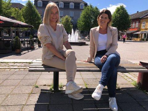 GLEDER SEG: Anne Trine Høibakk og Linn Marie Hallum gleder seg til «Midtsommer i Hønefoss».