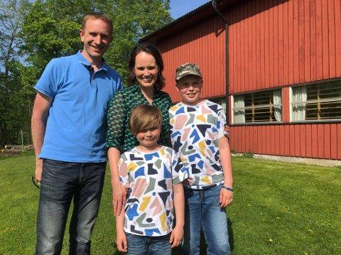 BYTTER SKOLE: Noah og Theo Thunshelle skal bytte skole i august. Her sammen med foreldrene Maria og Torgeir ved skolen de snart skal begynne ved.
