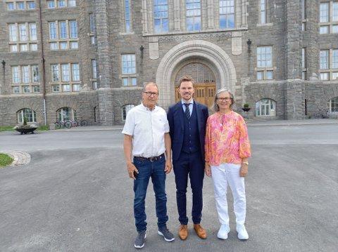 SNART I MÅL: Fredrik Kjemperud Olsen (33) sammen med foreldrene Axel Olsen og Turid Kjemperud Olsen, rett før han må i ilden.