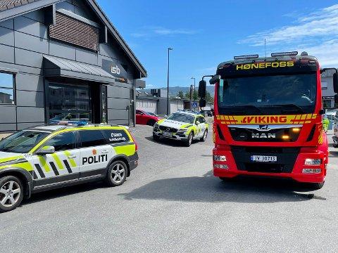 HØNENGATA: Politibiler, ambulanse og en bergingsbil rykket ut til Hønengata etter et trafikkuhell som trolig skyldes en helserelatert hendelse.