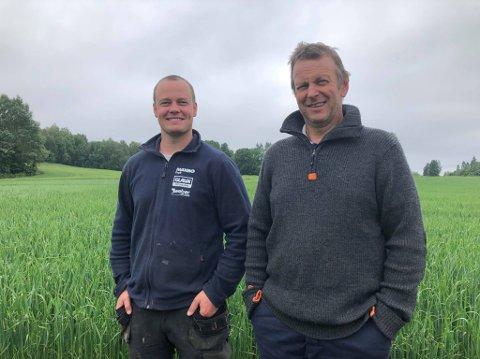 SATSER SOM NABOER: Thomas og Knut Voreland eier hver sin nabogård. Både far og sønn ser flere fordeler med det.